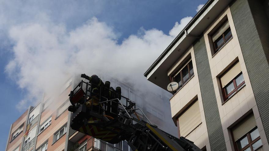 El cortocircuito de una lámpara provoca un incendio en un piso de Zarracina que genera la alarma por las llamas y el humo