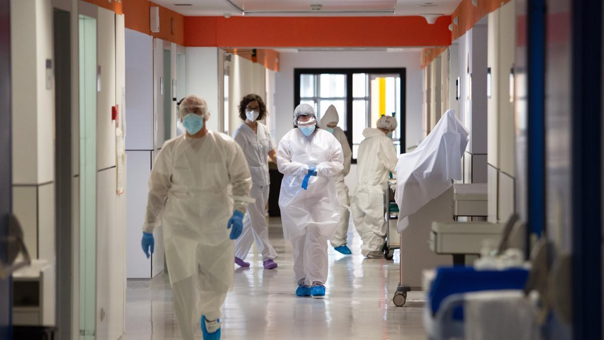Trabajadores en la planta covid del Hospital de Can Misses.