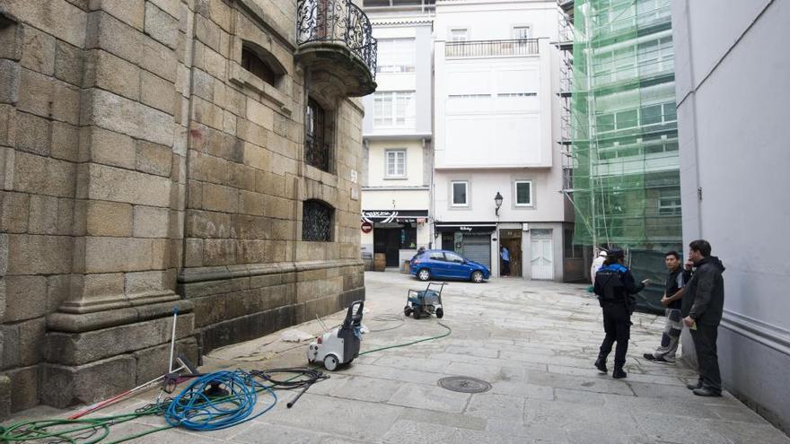 La Policía Local paraliza la limpieza de pintadas en la Casa Cornide al carecer de licencia