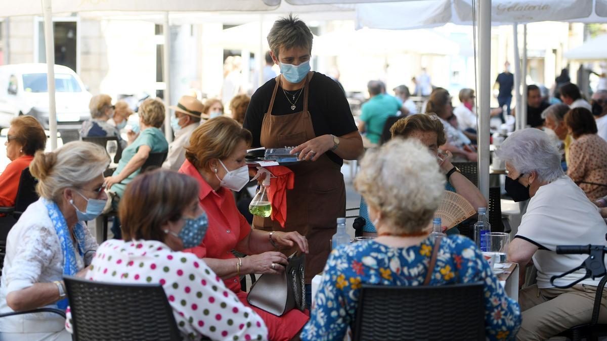 Una camarera sirviendo ayer en una terraza de Pontevedra.