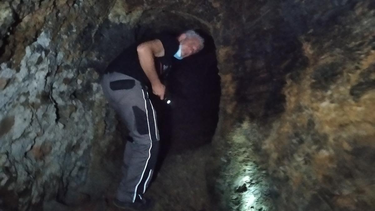 Alfonso Gómez encabeza la inspección del refugio excavado en la pizarra del cerro de la Alcazaba.