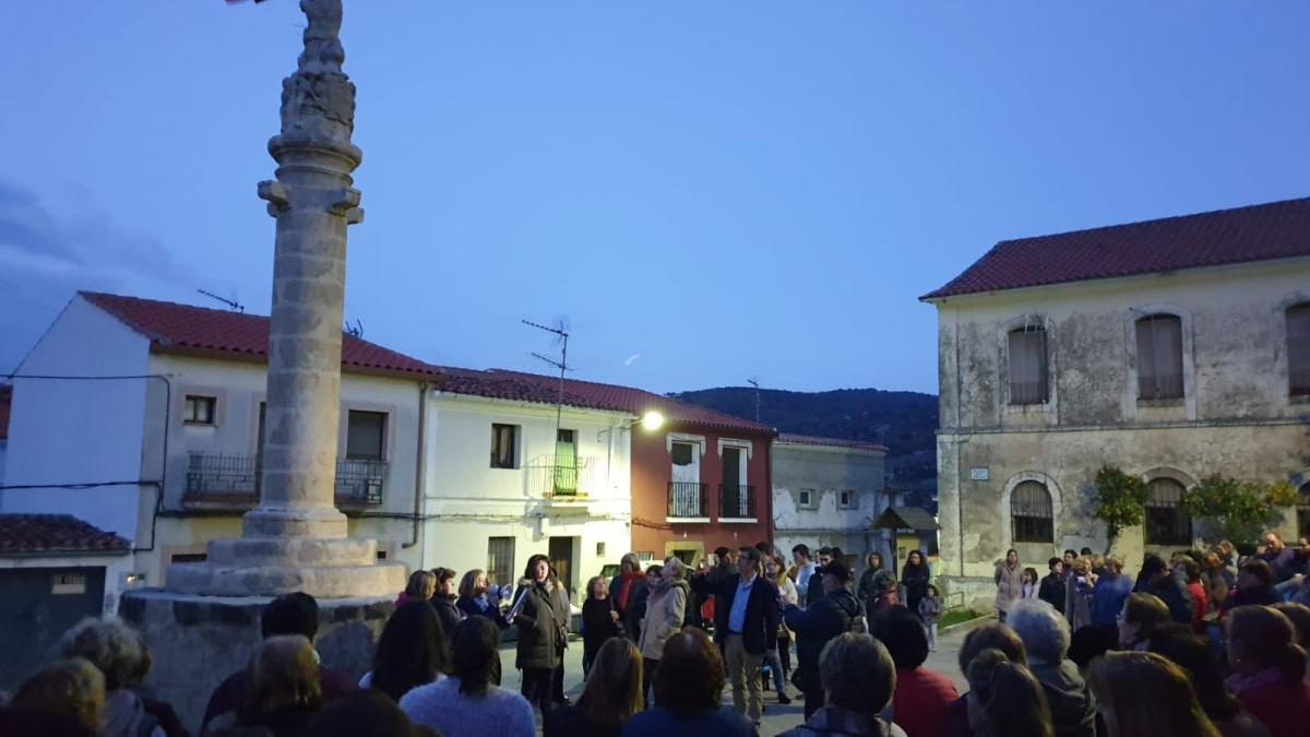Indignación en Madroñera por verter aceite usado en la picota de granito medieval del municipio