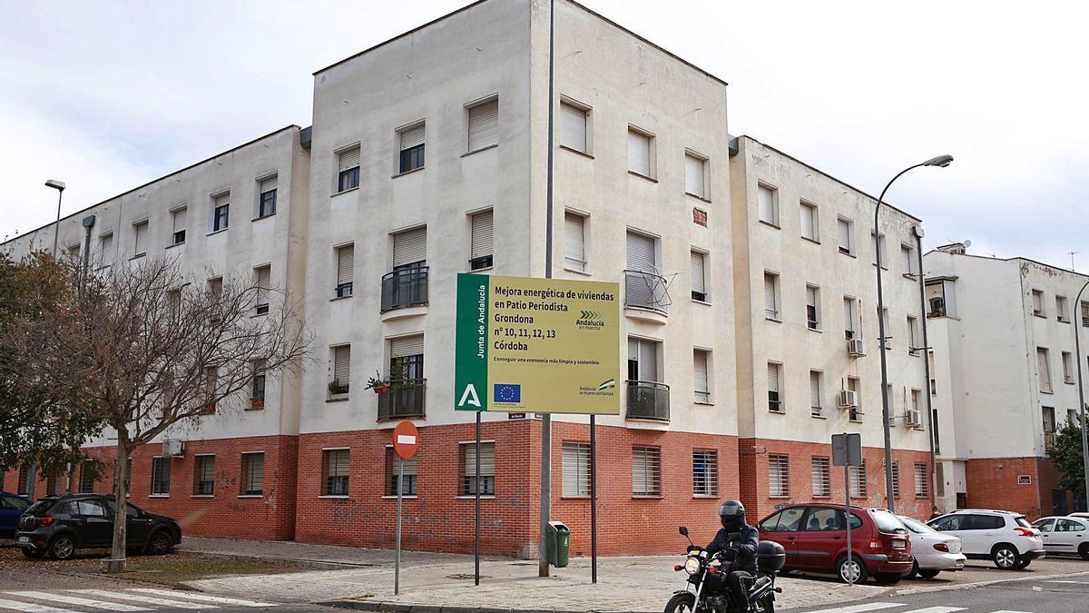 Cartel de actuación de eficiencia energética en un bloque de Las Moreras.