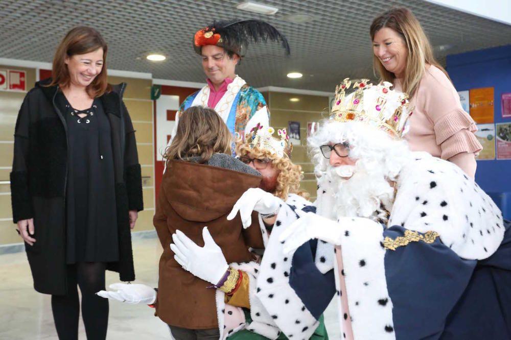 Los Reyes Magos visitan a los niños ingresados en el hospital de Son Espases