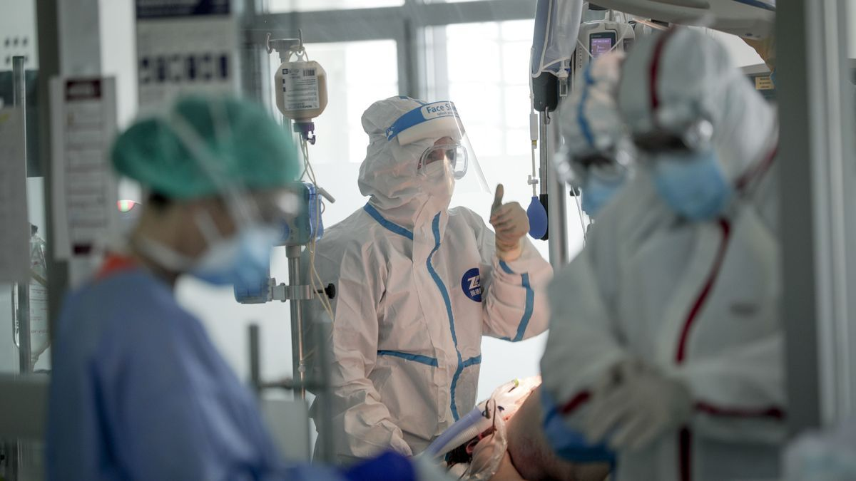 Sanitarios con indumentaria de protección en la UCI del Hospital de Son Espases