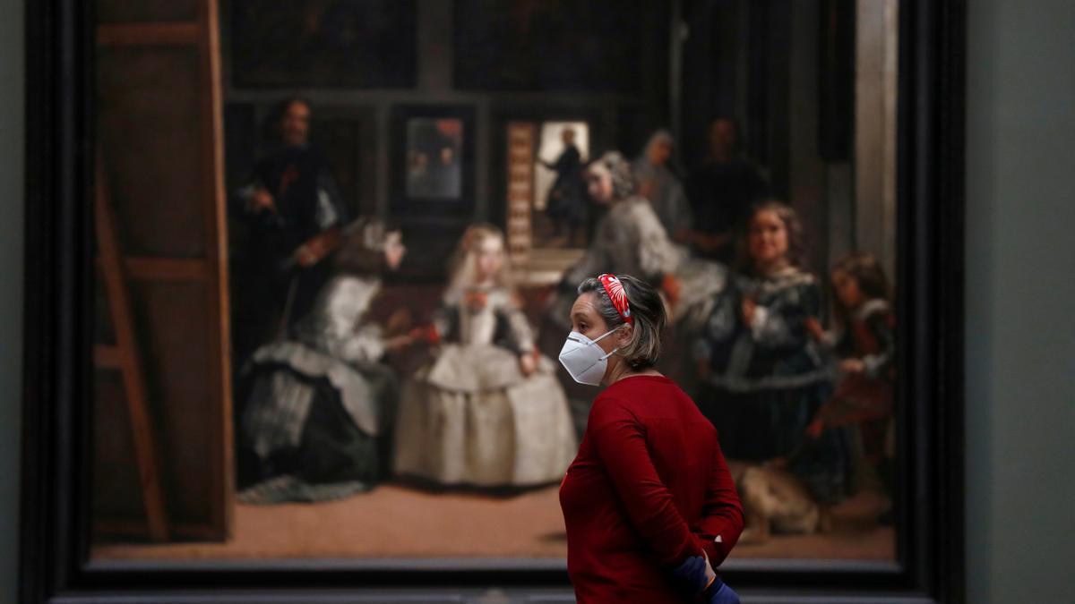 Una persona de seguridad ante 'Las Meninas' de Diego Velázquez en el museo del Prado.