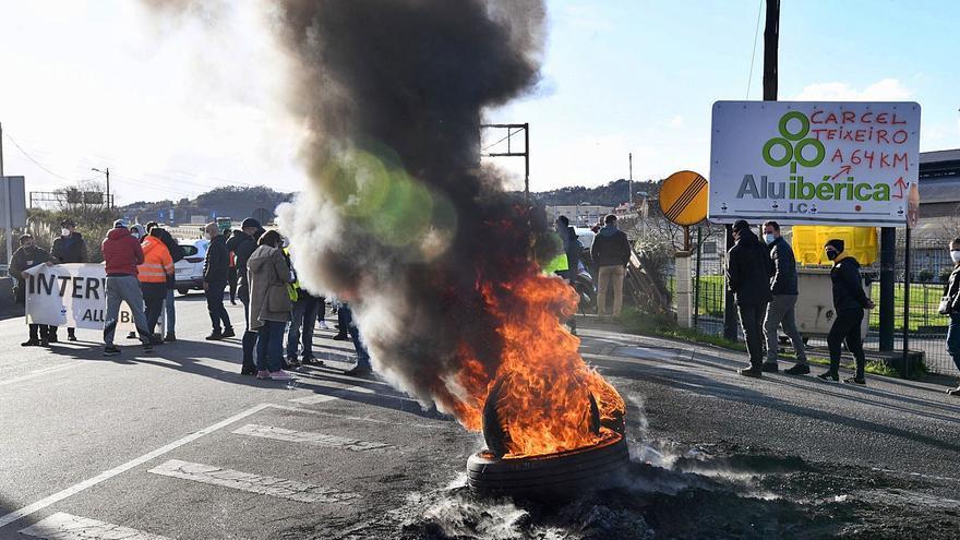 El comité de Alu Ibérica, en huelga, impugna los despidos y le declara la guerra a Riesgo