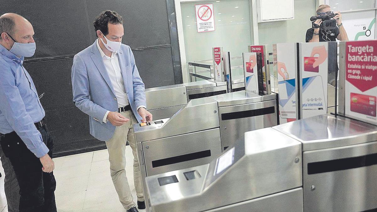 El conseller abonó la entrada a la estación con su tarjeta de crédito.