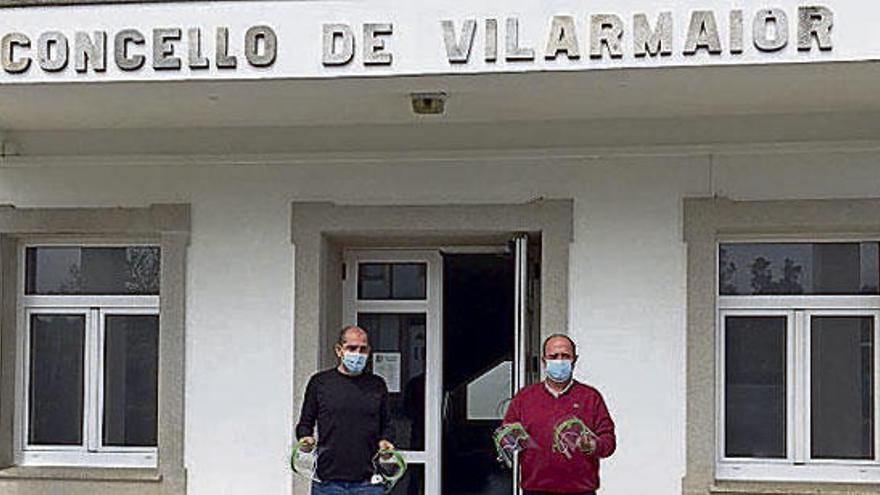 Un veterinario imprime y regala viseras por los concellos del rural de Betanzos y la montaña