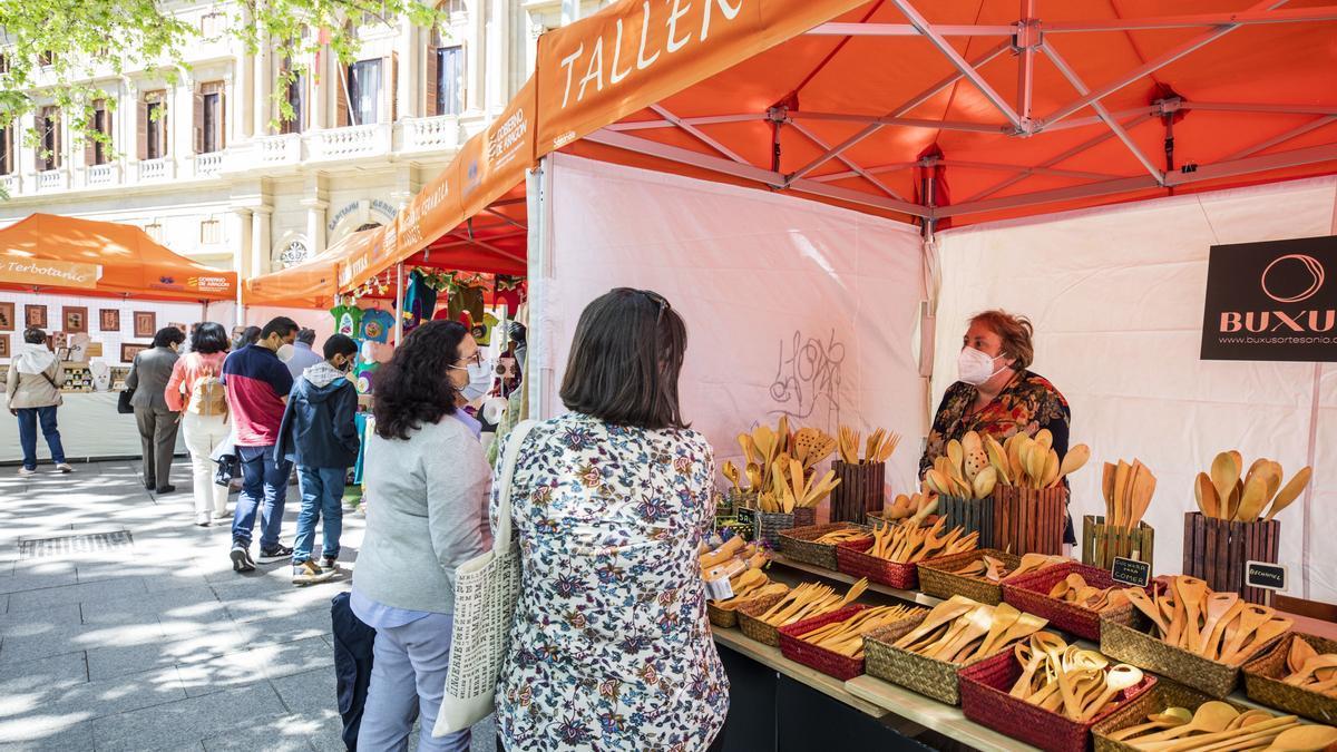 La plaza Aragón acoge durante el día de hoy la muestra de artesanía San Jorge.