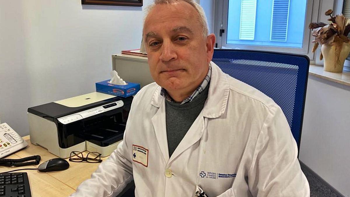 El cardiólogo José Manuel Vázquez, en su consulta.   | // L.O.