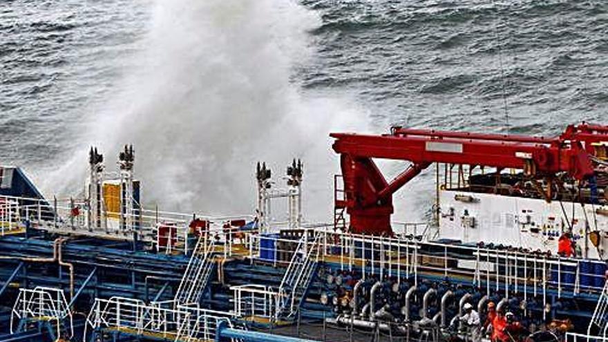 La extracción del combustible del 'Blue Star' se aplaza a causa del mal tiempo