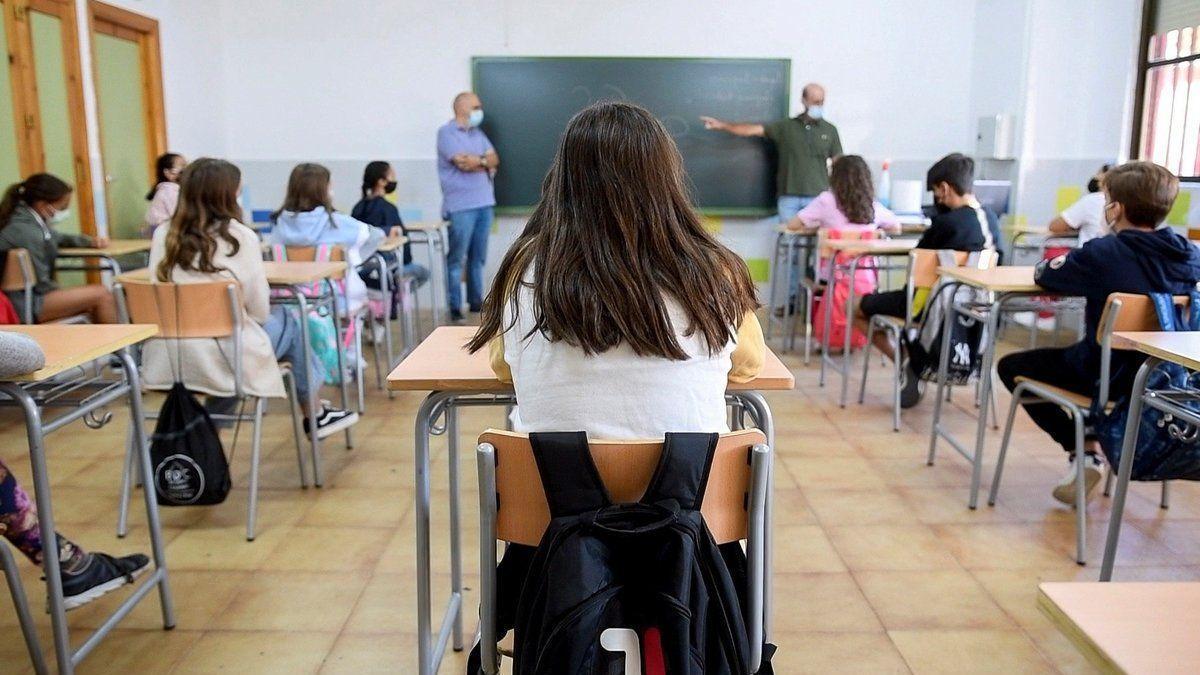 Un grupo de estudiantes en el aula con mascarillas y distancia de seguridad, medidas adoptadas este curso frente al covid.