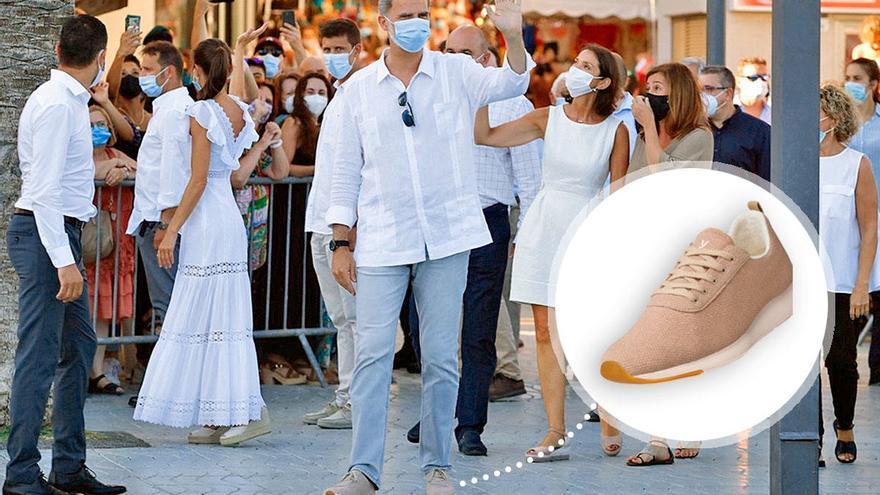 El Rey Felipe VI luce las zapatillas españolas que más triunfan este verano para pasear por Ibiza
