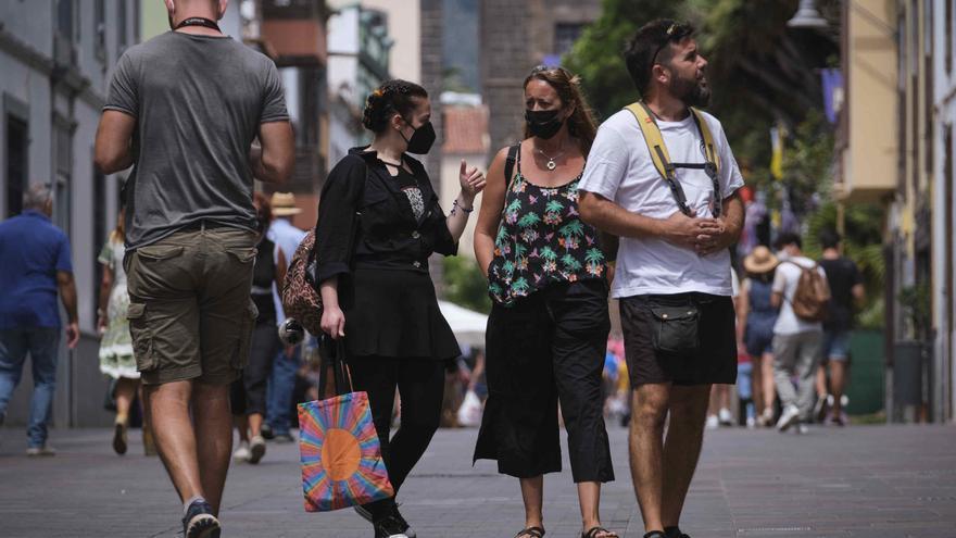 Canarias baja hasta los 131 casos de Covid este sábado
