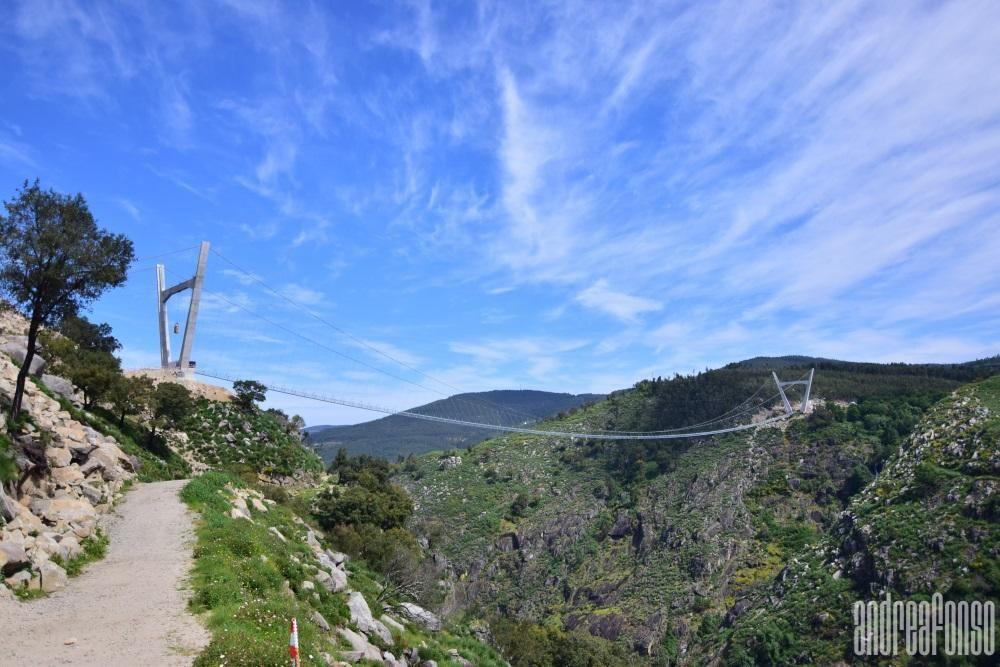 Diferentes vistas de la estructura suspendida 175 metros sobre el río Paiva. // André Afonso