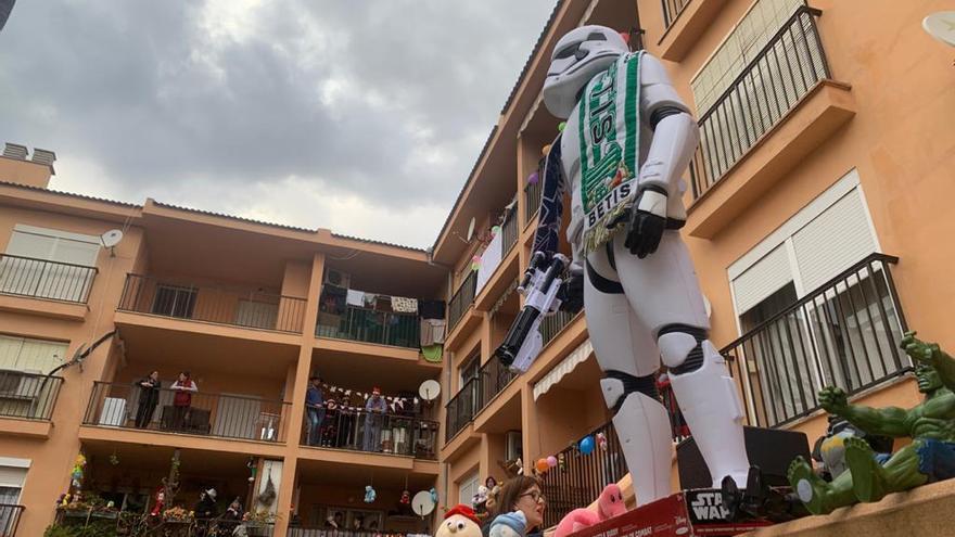 Vecinos de Cala Millor celebran una fiesta de disfraces en los balcones