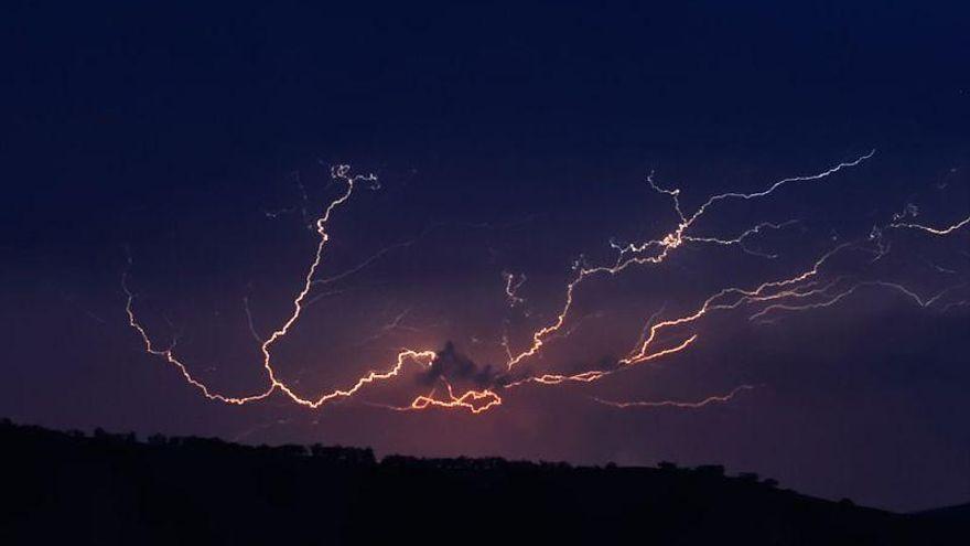 La tormenta eléctrica en Huesca deja sin luz a los barrios de Apiés, Huerrios y Tabernas