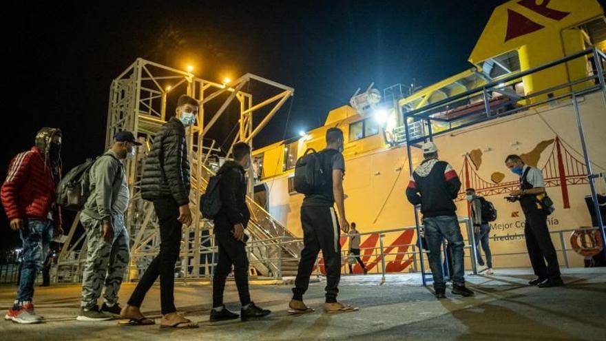 Traslado de inmigrantes a un campamento militar y hoteles para aliviar su hacinamiento en el muelle de Arguineguín
