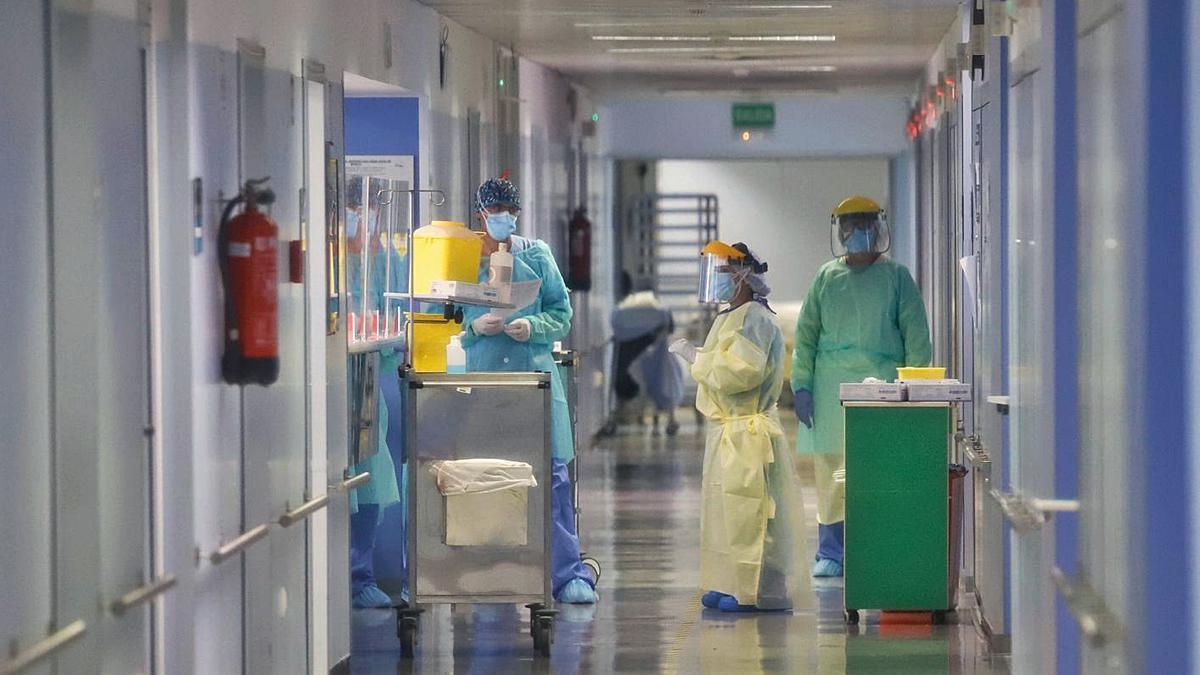 Varios sanitarios, en la UCI del Reina Sofía. | JUAN CARLOS CAVAL