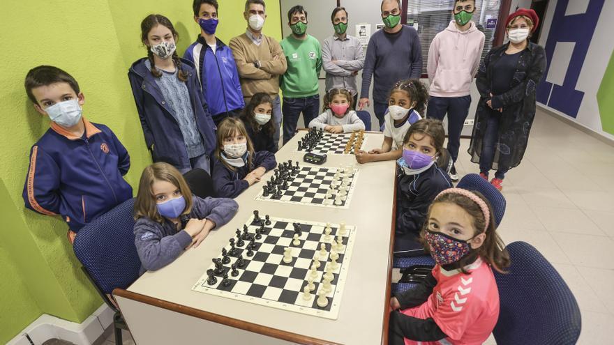 Gambito de damitas: la popularidad de una serie televisiva dispara el interés por el ajedrez en Ciudad Naranco