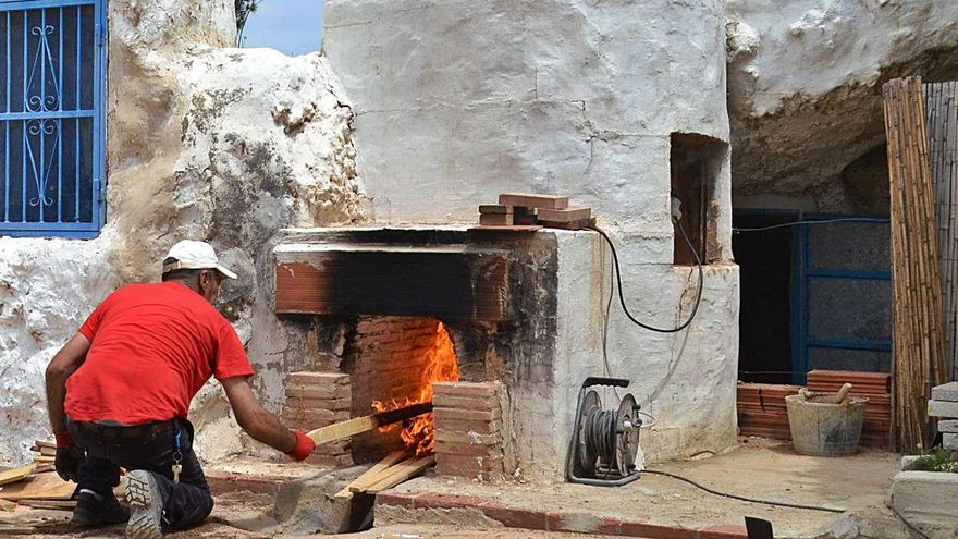 Rojales recupera el  tradicional uso de la cal para conservar su  barrio de casas cueva