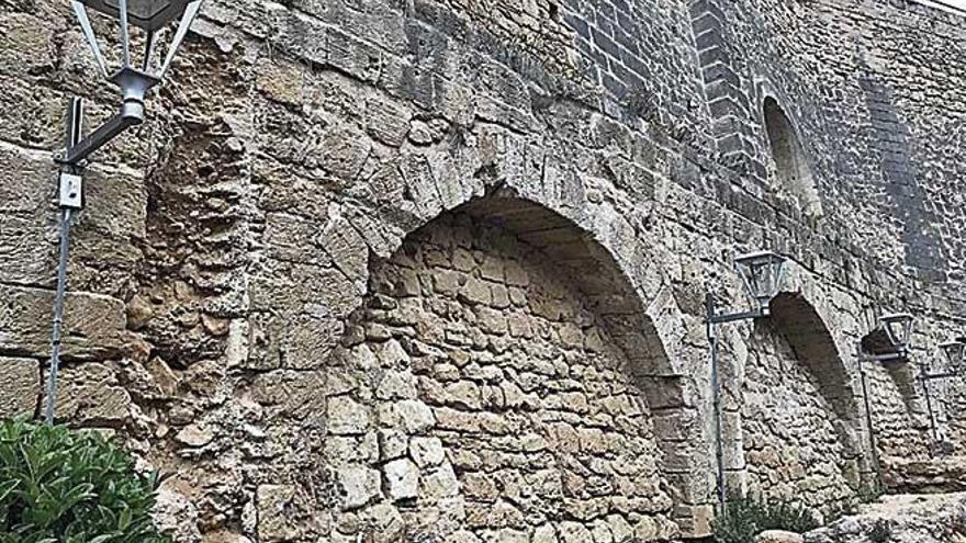 Cort ancla nuevas farolas en el muro del acueducto de la Font de la Vila
