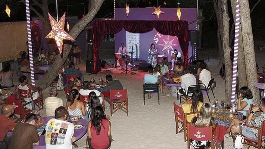 'La Mari' de Chambao llena el oasis de s'Embat con su flamenco cálido y cercano