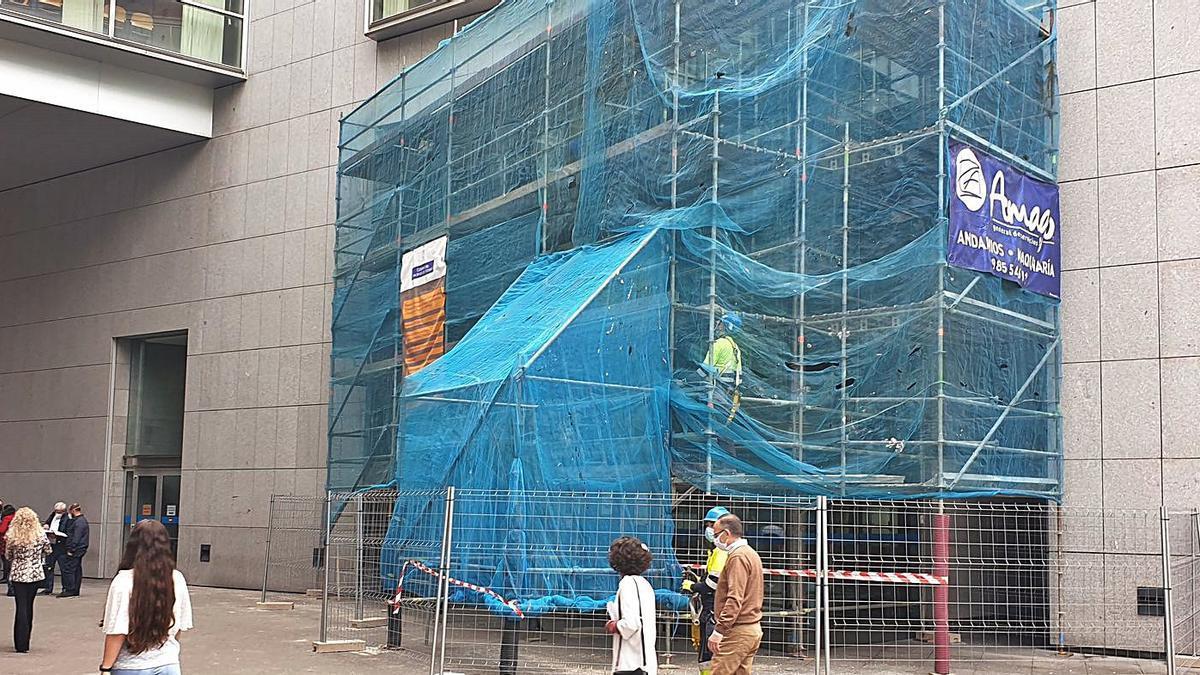 Operarios trabajando en la fachada del Palacio de la Justicia de Llamaquique. | L. B.