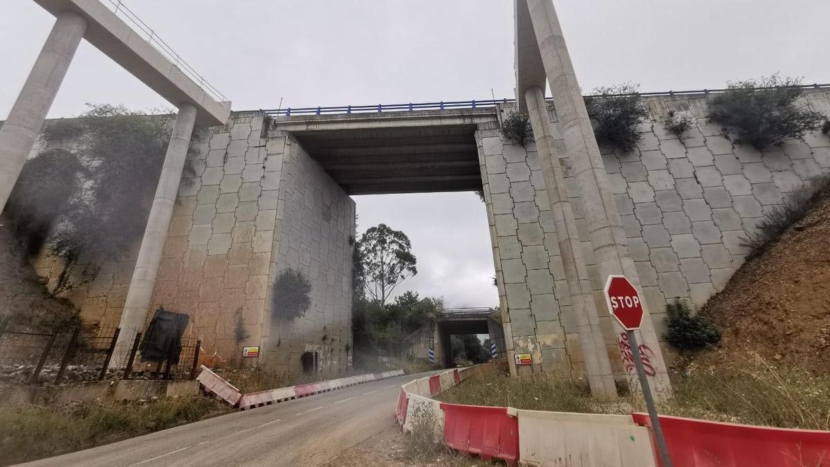 Obras en el puente de La Barrosa, situado encima de la carretera AS-370.