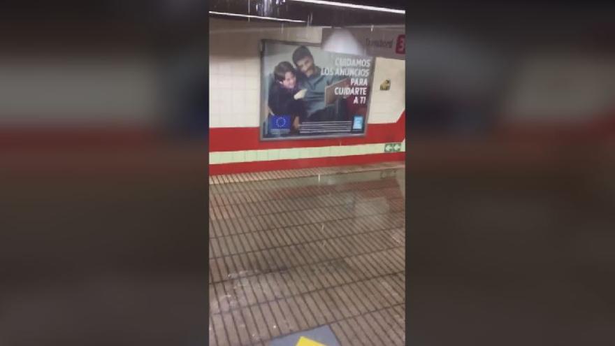 La lluvia provoca goteras en la parada de metro de Angel Guimerá