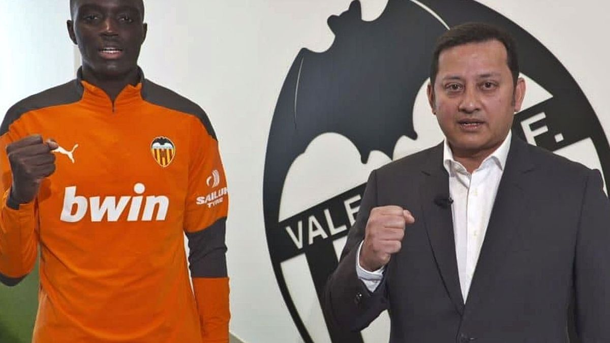 Mouctar Diakhaby, junto a Anil Murthy, en el video de comunicado emitido ayer por el Valencia para exigir justicia con el defensa. | VCF MEDIA