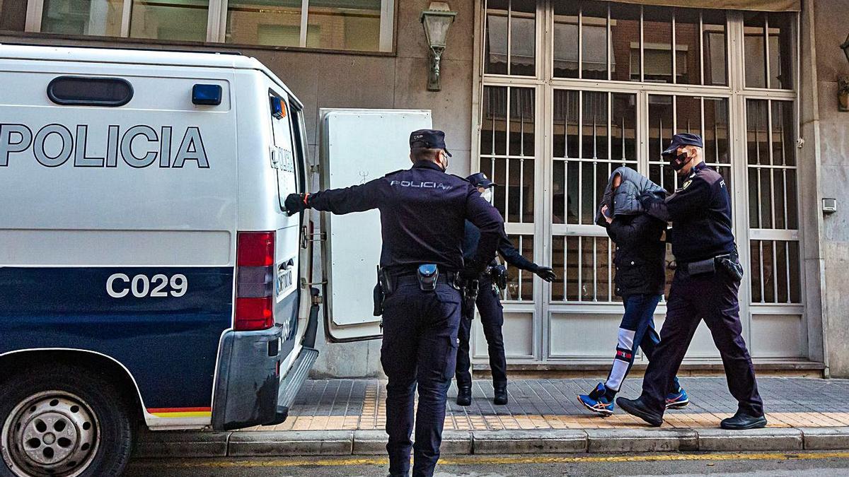 Traslado de uno de los detenidos el pasado diciembre en la Comisaría de Benidorm.