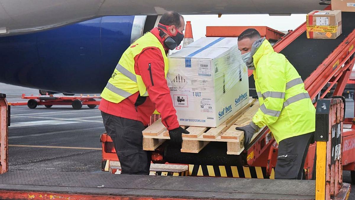 El Gobierno autonómico y Binter Canarias han elaborado un protocolo de seguridad, en el que participan efectivos de la Policía Canaria, para garantizar la distribución entre las islas de las dosis de Pfizer que llegaron ayer a Canarias.
