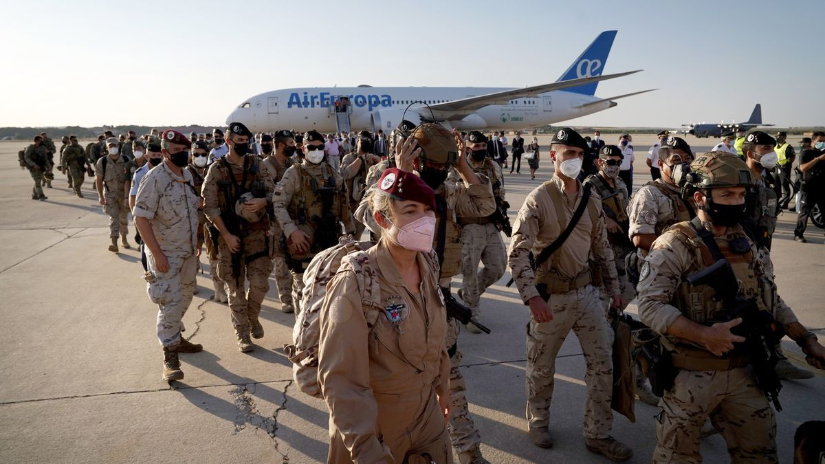Sánchez recibe el último avión con evacuados afganos.