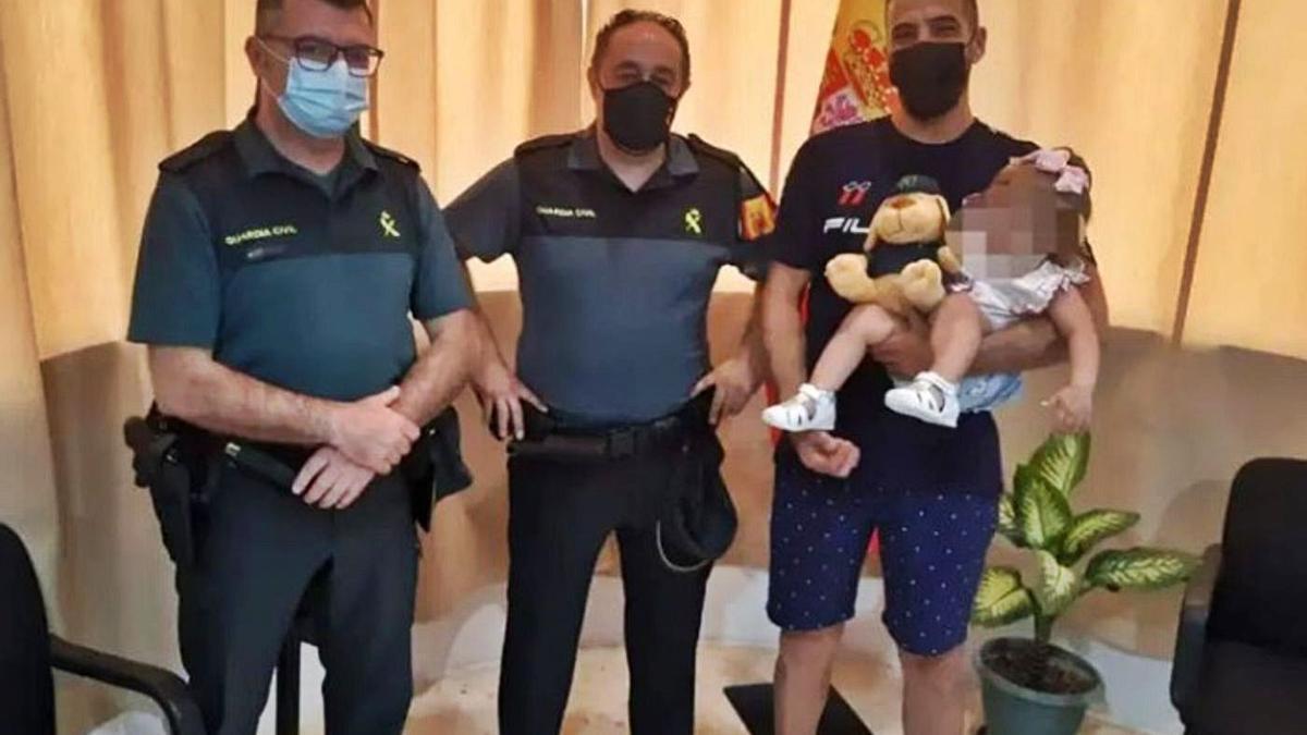 A la derecha, el zamorano Antonio Miranda Mateos, en el centro, junto a su compañero Antonio González y a la niña, en brazos de su padre.