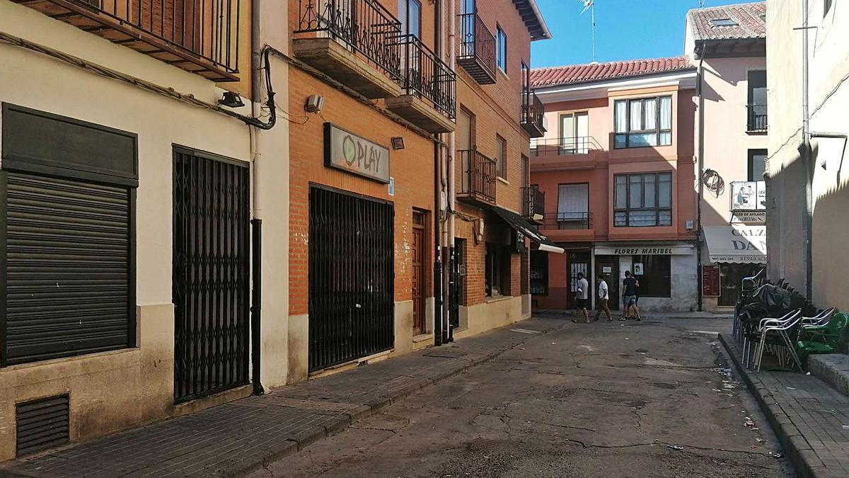 Calle Trasalfóndiga, en la que una denuncia vecinal impide colocar las terrazas de los discobares. | M. J. C.