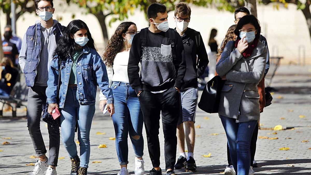 Estudiantes en el campus de Tarongers de la Universitat de València.   M. A. MONTESINOS
