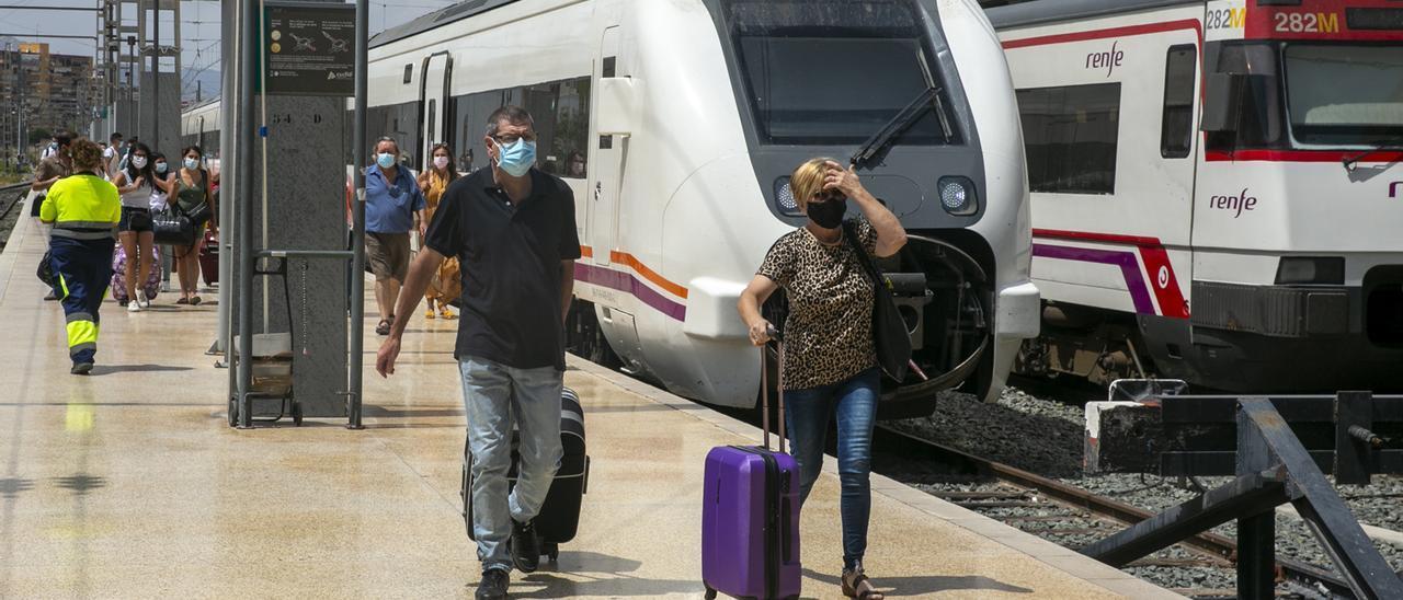 Viajeros de Renfe en el andén de las Cercanias Alicante-Murcia