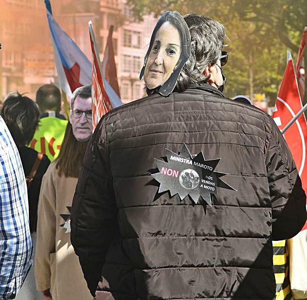 Caretas de Maroto y Feijóo, en la protesta. |  // C. P.