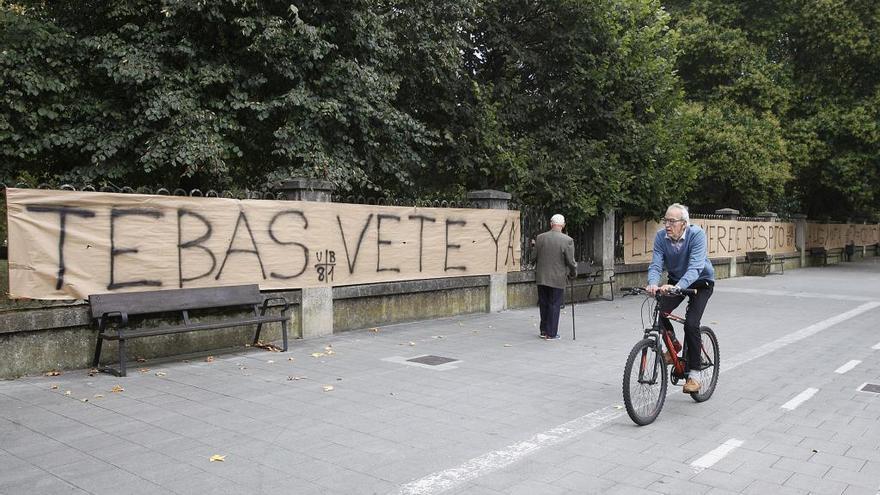 Pancartas contra Tebas en las inmediaciones de El Molinón