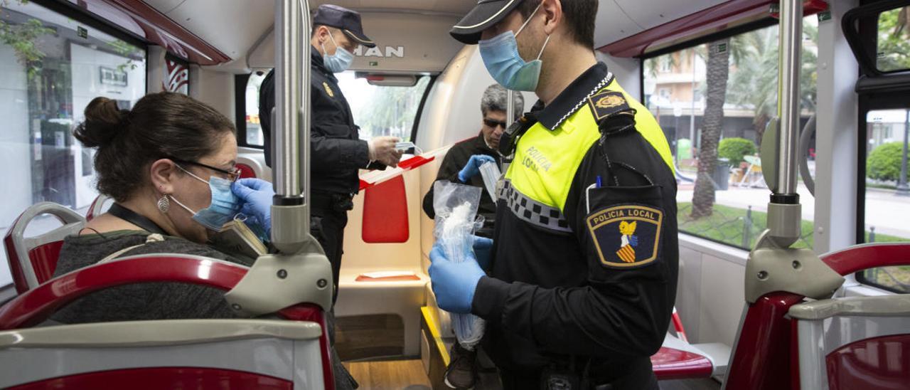 Reparto de mascarillas en un autobús de Alicante durante la pandemia