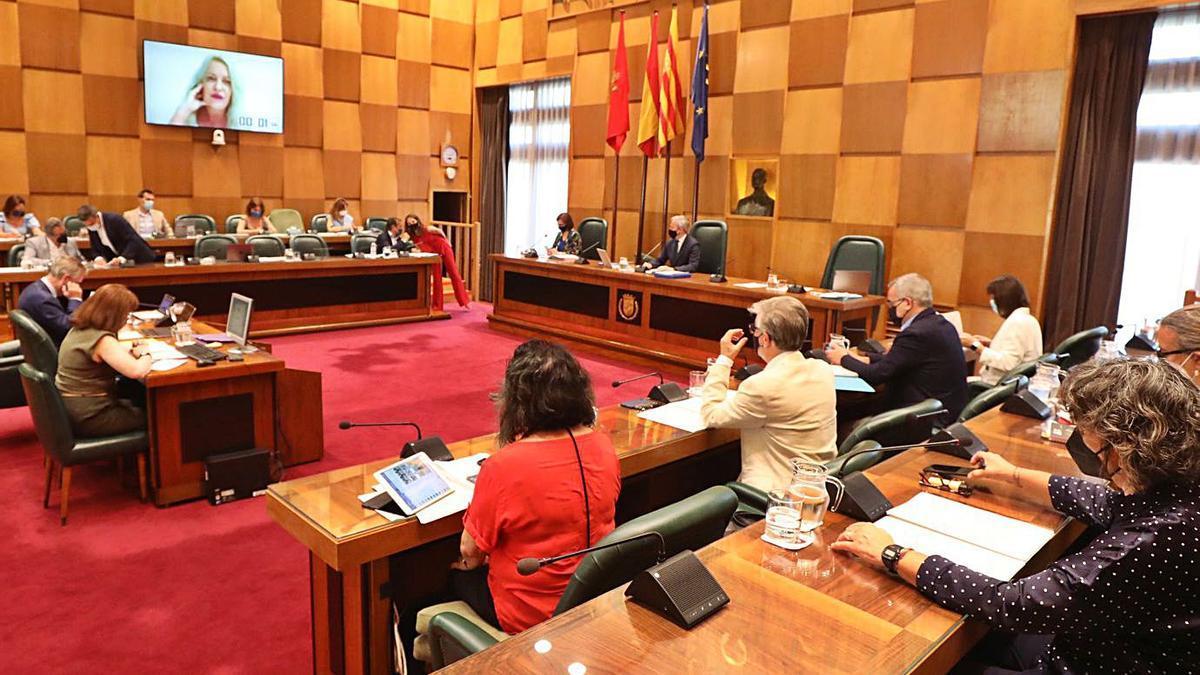 Sesión del pasado 2 de julio, con los concejales en torno al alcalde y otros por videoconferencia.    ÁNGEL DE CASTRO