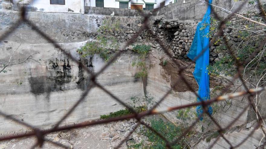 Muro caído del Colegio Publico del barrio teldense de La Higuera Canaria
