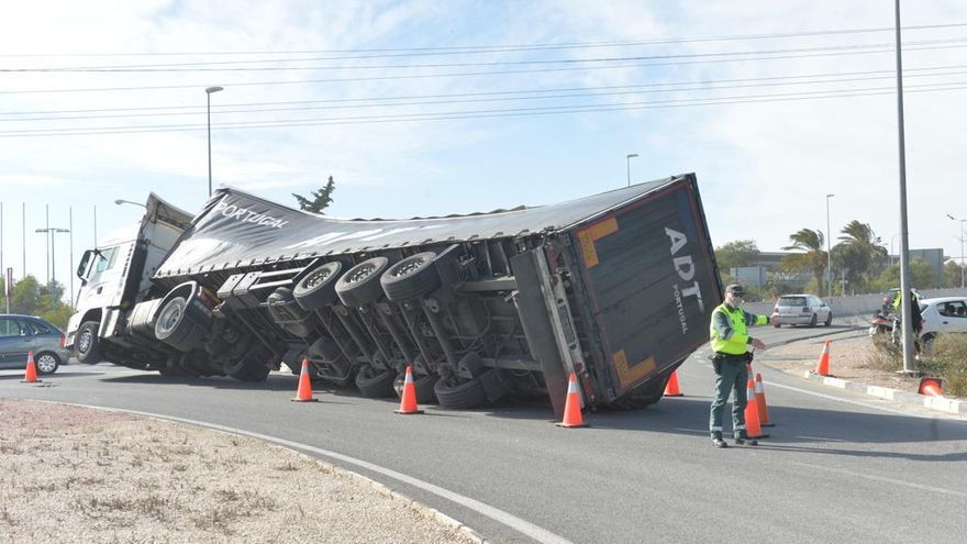 Un camión vuelca en una rotonda de Torrellano por las fuertes rachas de viento