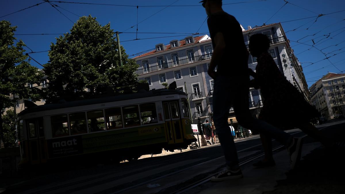 Paseantes caminan en el centro de Lisboa