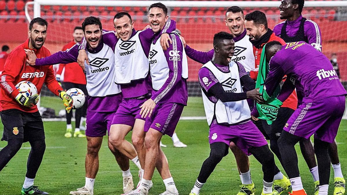 Los jugadores sonríen en un entrenamiento reciente.