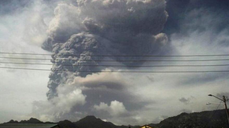 La erupción de un volcán en el Caribe obliga a evacuar a miles de personas