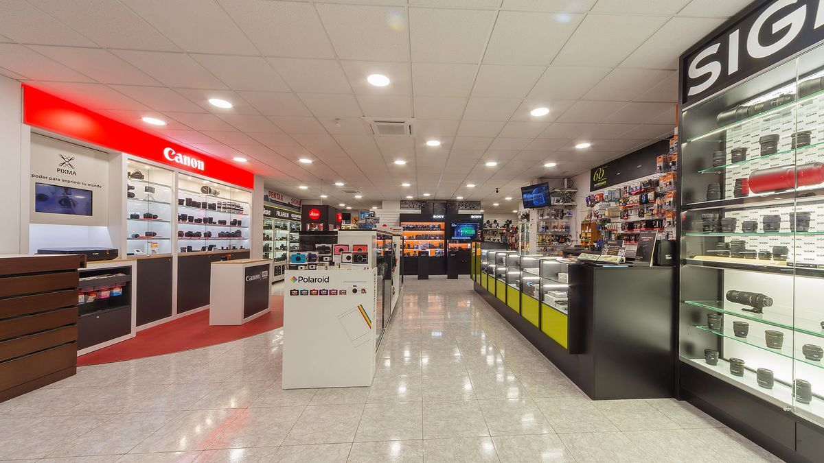 También podrán encontrar en Foto Ruano servicios de alquiler de material de fotografía, vídeo e iluminación.