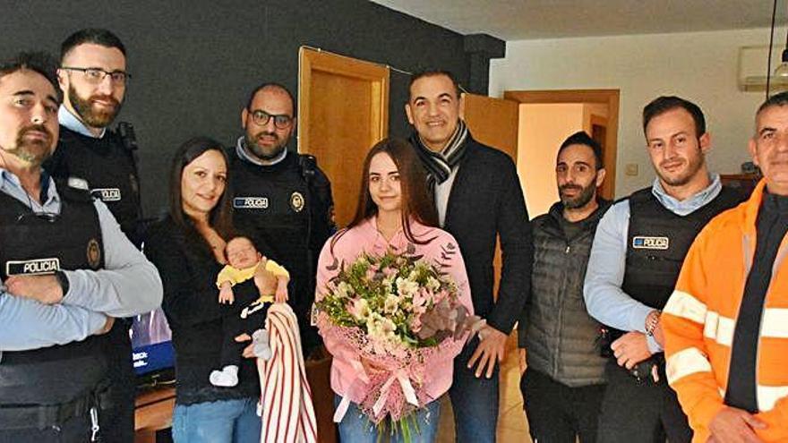 Quatre agents de la policia de Sant Feliu de Guíxols visiten la mare a qui van ajudar a parir